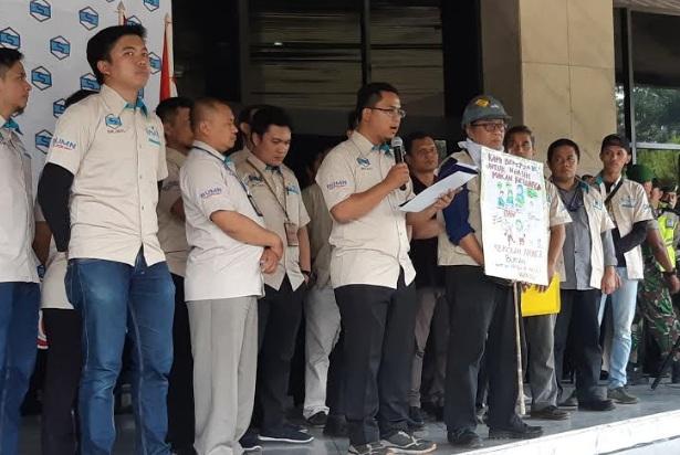 Ketua Sejati Ahmad Al-Faruq membacakan tuntutan karyawan PT Inti dalam demonstrasi yang dilakukan di lobi kantor pusat perusahaan di Bandung, Jawa Barat, Kamis (29/08/2019). - Bisnis/Hadijah Alaydrus