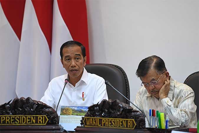 Presiden Joko Widodo (kiri) didampingi Wakil Presiden Jusuf Kalla memimpin rapat kabinet terbatas membahas evaluasi pelaksanaan mandatori biodiesel di Kantor Presiden, Jakarta. Antara - Wahyu Putro A