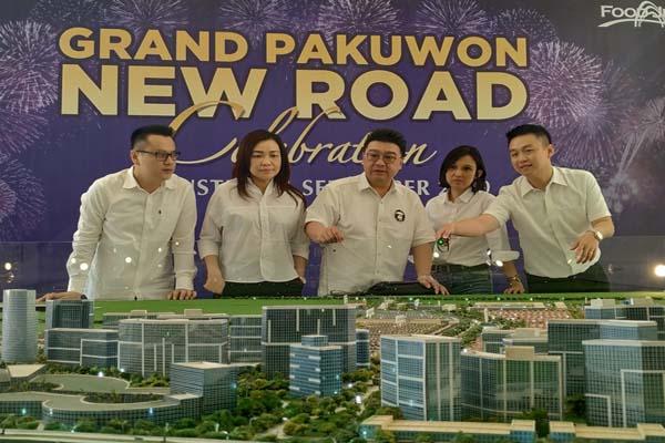 Direktur Marketing Pakuwon Group Sutandi Purnomosidi (tengah) bersama jajaran direksi Pakuwon Group saat konferensi pers Grand Pakuwon New Road Celebration, Kamis (29/8/2019) - Bisnis/Peni Widarti