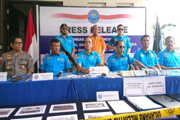 Deputi Bidang Pemberantasan BNN, Irjen Arman Depari (tengah) dalam ekspos di Jl. Palm Ratu No. 39 Bukit Indah Sukajadi, Batam. - Bisnis/Bobi Bani.