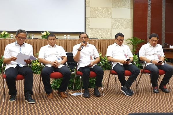 Direktur Utama GMF AeroAsia Tbk. Tazar M. Kurniawan (tengah), bersama jajaran direksi, menjawab pertanyaan wartawan di Gedung Garuda City Center, Kamis (29/8/2019). - Bisnis/Rio Sandy Pradana