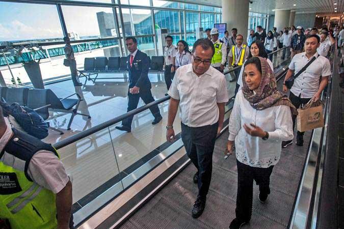 Menteri BUMN Rini Soemarno (kanan) dan Dirut AP I Faik Fahmi (kedua kanan) meninjau bandara Yogyakarta International Airport (YIA), Kulonprogo, DI Yogyakarta, Selasa (7/5/2019). - ANTARA/Andreas Fitri Atmoko