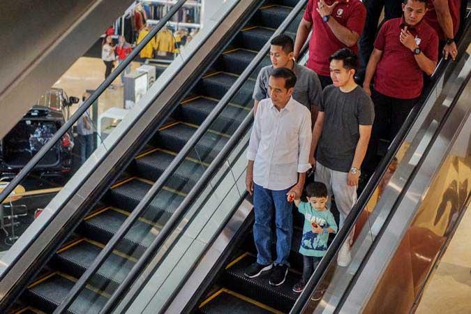 Presiden Joko Widodo bersama putranya Gibran Rakabuming Raka dan cucunya Jan Ethes mengunjungi pusat perbelanjaan di The Park Mall, Solo Baru, Sukoharjo, Jawa Tengah, Rabu (1/5/2019). - ANTARA/Mohammad Ayudha