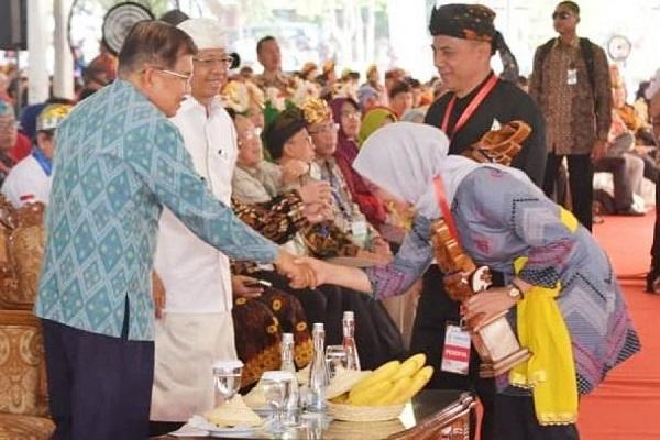 IDP menyalami JK saat keduanya bertemu di acara puncak HAKTEKNAS di Bali.