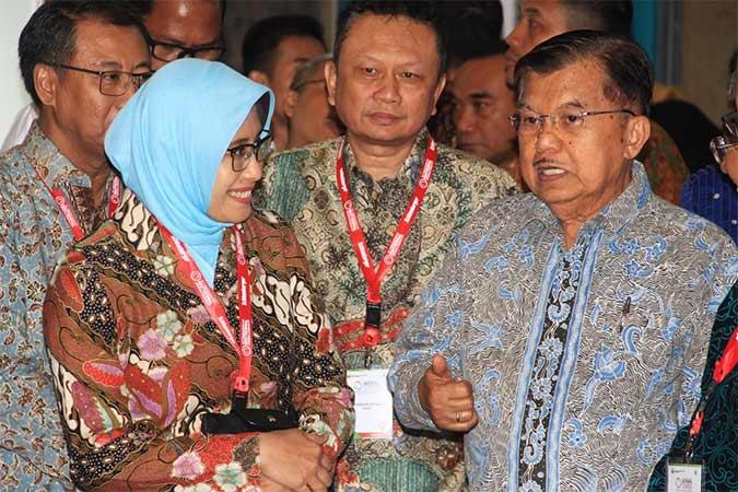Wakil Presiden RI Jusuf Kalla (kanan) didampingi oleh Direktur Utama PLN Sripeni Inten Cahyani (kiri) meninjau stand pameran Indonesia International Geothermal Covention and Exhibition ke-7 di JCC. Bisnis - Triawanda Tirta Aditya