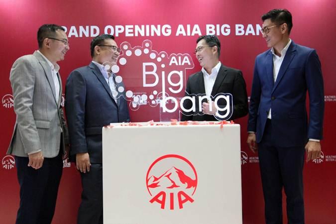 Presiden Direktur PT AIA Financial Ben Ng (kedua kanan), berbincang dengan Chief Marketing Officer Lim Chet Ming (dari kiri) , Direktur Keagenan Ang Tiam Kit, dan Associate Director Howard Kwan saat meresmikan pusat pengembangan agen premier AIA Big Bang di Jakarta, Jumat (15/3/2019). - Bisnis/Dedi Gunawan