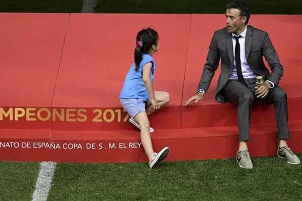 Luis Enrique (kanan) bercengkerama dengan putrinya Xana Martinez (kiri) selepas mengantarkan Barcelona menjuarai Copa del Rey dengan mengalahkan Alaves 3 - 1 dalam partai final di Stadion Vicente Calderon, Madrid, Spanyol, pada 27 Mei 2017. - Antara-AFP