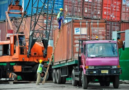 Sejumlah pekerja menurunkan peti kemas di pelabuhan peti kemas Pelindo III cabang Lembar, Gerung, Lombok Barat, NTB, Selasa (22/10). Menurut data Pelindo III Cabang Lembar arus petikemas yang melalui Pelabuhan Lembar dalam dalam beberapa tahun terakhir mengalamikenaikan di tahun 2012 sebesar 15.181 boks sedangkan pada 2011 arus petikemas sebanyak 11.504 boks. - Antara
