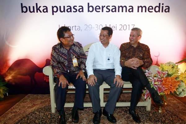 Direktur Retail Banking Bank Mandiri Tardi (tengah) berbincang dengan Corporate Secretary Bank Mandiri Rohan Hafas (kanan) dan Direktur Utama Bank Mantap Joshephus Koernianto Triprakoso (kiri) disela acar buka puasa bersama media di Jakarta, Selasa (30/5). - JIBI/Abdullah Azzam