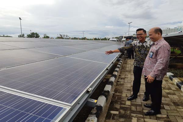 Direktur Utama PDPDE Arief Kadarsyah (kanan) saat meninjau PLTS Jakabaring beberapa waktu lalu. Bisnis - Dinda Wulandari