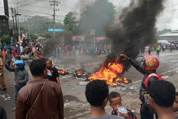 Aksi anarkis di Papua - ANTARA FOTO/Toyiban