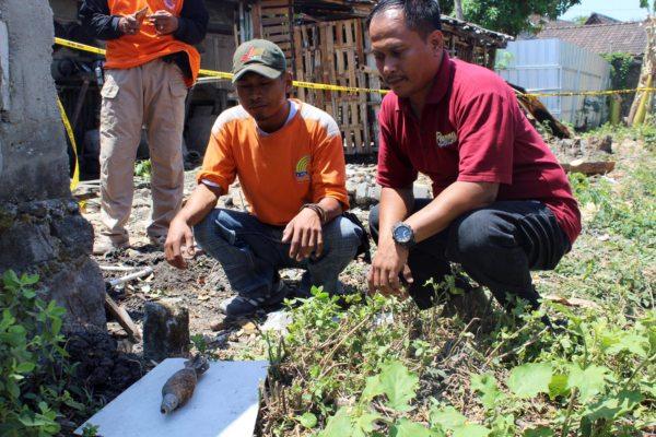 Dua warga melihat mortir yang ditemukan di kebun milik Manto, 44, Dukuh Gilis RT 006, Desa Katelan, Tangen, Sragen, Jumat (30/8/2019). (Solopos - Tri Rahayu)