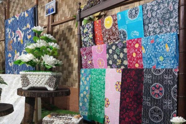 Beberapa jenis batik produksi Sumatra Utara. - Antara/Yan Aswika