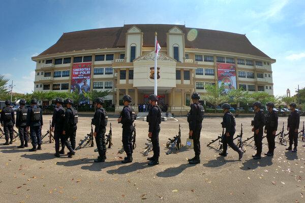 Personel Brigade Mobil (Brimob) Polda Jambi bersiap diberangkatkan usai mengikuti apel di Mapolda Jambi, Jambi, Jumat (30/8/2019). Polda Jambi memberangkatkan 250 personel brimob ke Papua untuk membantu pengamanan pascakonflik di daerah itu. - Antara/Wahdi Septiawan