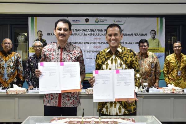 Kepala Kantor KSOP Kelas II Gresik, R. Totok Mukarto (kiri) dan Direktur Utama PG, Rahmad Pribadi (kanan) saat penandatanganan kerja sama pelayanan jasa kepelabuhan serta penggunaan perairan dan bangunan di Terminal Untuk Kepentingan Sendiri (TUKS) PG.