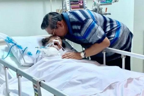 Mantan Presiden Susilo Bambang Yudhoyono di ICU bersama ibundanya Siti Habibah, diambil dari akun twitter SBY (SBYudhoyono) tertanggal 13/08/2019 - Twitter@SBYudhoyono