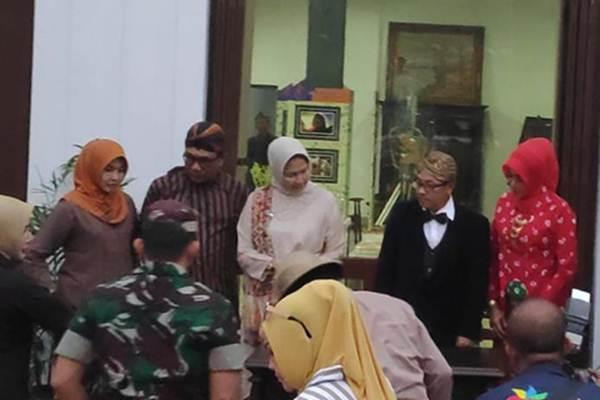 Wali Kota Malang Sutiaji (dua dari kanan) bersama Wali Kota Batu Dewanti Rumpoko berpakaian tempoe doeloe pada peresmian Kampung Heritage Kayutangan, Jumat (30/8/2019). - Istimewa