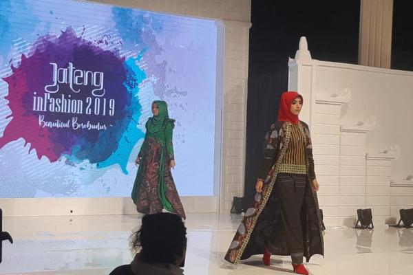 Kalangan pejabat di Jawa Tengah unjuk kebolehan bak model untuk semakin mengenalkan batik lokal dalam rangkaian acara Jateng in Fashion 2019 di PRPP, Semarang, Jumat (30/8/2019). - Bisnis/Hafiyyan