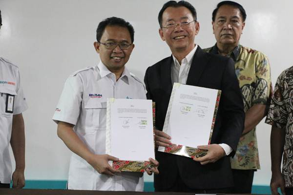 Direktur Utama BGR Logistics, M Kuncoro Wibowo (baju putih) dengan Direktur Utama ILB , Petrus Tjandra (jas hitam) berfoto bersama seusai penandatanganan nota kesepahaman terkait pemanfaatan gudang pusat logistik berikat (PLB), Jumat (30/8/2019). BGR Logistics menargetkan menjadi operator gudang PLB di dua provinsi, Jawa Timur dan Bali. - Istimewa