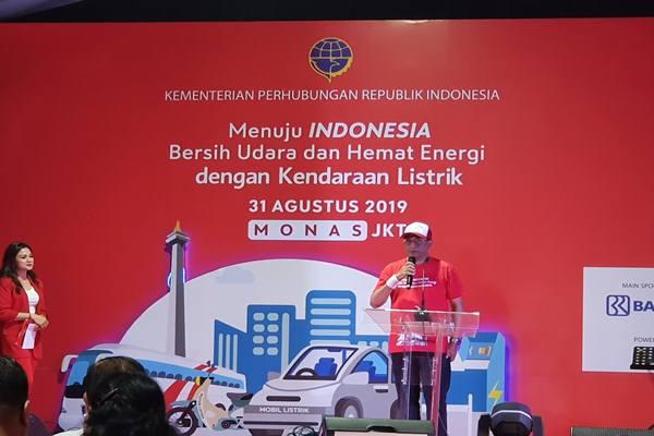 Menhub Budi Karya Sumadi saat memberikan sambutan sebelum melakukan konvoi menggunakan kendaraan listrik di kawasan Monas, Sabtu (31/8/2019). JIBI/Bisnis - Rio Sandy Pradana