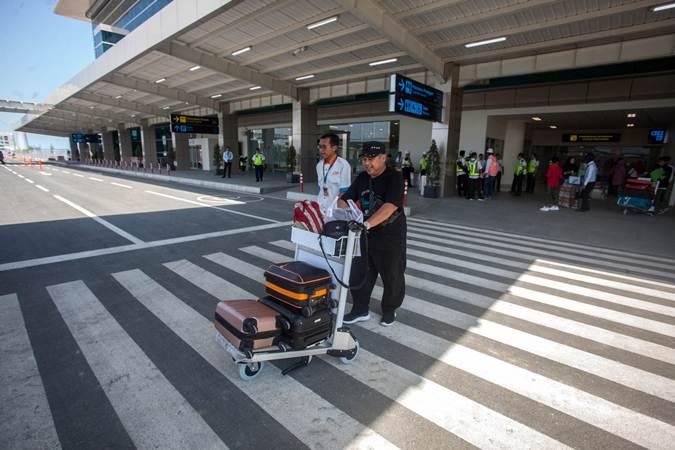 Penumpang keluar dari area bandara seusai mendarat dengan pesawat komersial Citilink saat penerbangan perdana di Bandara Yogyakarta International Airport (YIA), Kulonprogo, DI Yogyakarta, Senin (6/5/2019). - ANTARA/Andreas Fitri Atmoko