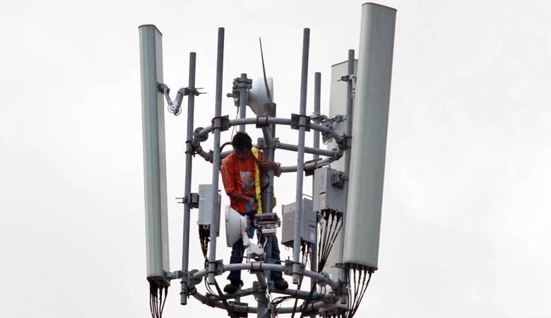 Teknisi melakukan perbaikan Base Tranceiver Station (BTS) milik salah satu operator - Bisnis/Paulus Tandi Bone