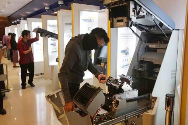 Petugas melakukan pemeriksaan rutin pada mesin ATM Bank Mandiri. - JIBI/Nurul Hidayat
