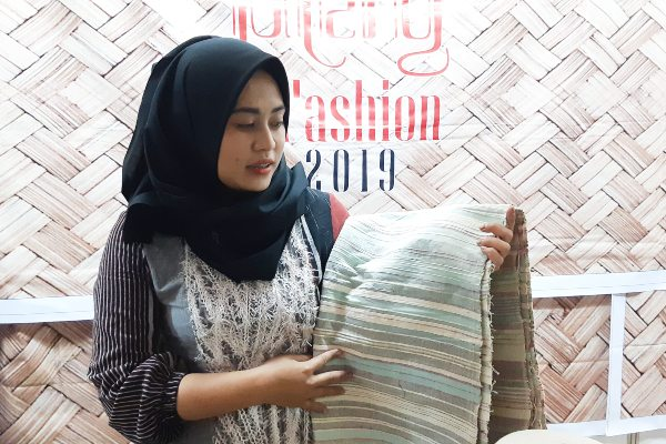 Indria Aryanto, pelaku usaha tenun khas Cilacap menunjukkan salah satu kain buatannya dalam acara Jateng in Fashion 2019 di Semarang, Minggu (1/9/2019). - Bisnis/Hafiyyan