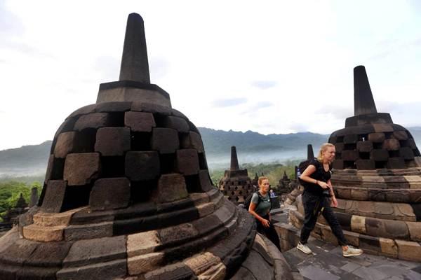 Wisatawan menikmati pemandangan matahari terbit dari Candi Borobudur, Magelang, Jawa Tengah - JIBI/Rachman