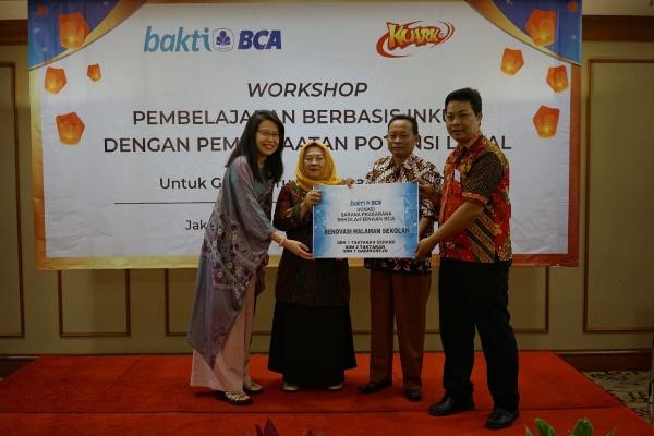 Executive Vice President CSR BCA Inge Setiawati (kiri) secara simbolis menyerahkan Donasi Sarana Prasarana Sekolah Binaan BCA kepada Kepala Sekolah SDN 2 Taktakan Icih Sukaesih (kedua kiri) didampingi Kepala Sekolah SDN 1 Gadingrejo Ritono (kedua kanan) dan Kepala Sekolah SDN 1 Taktakan Sujana (kanan) di Jakarta