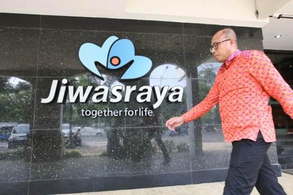 Pejalan kaki melintas di dekat logo PT Asuransi Jiwasraya, di Jakarta - JIBI/Dedi Gunawan