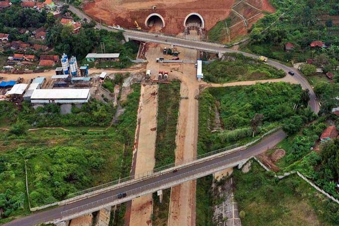 Foto udara terowongan kembar pada proyek pembangunan Jalan Tol Cileunyi-Sumedang-Dawuan (Cisumdawu) di Kabupaten Sumedang, Jawa Barat, Rabu (8/5/2019). - ANTARA/Puspa Perwitasari