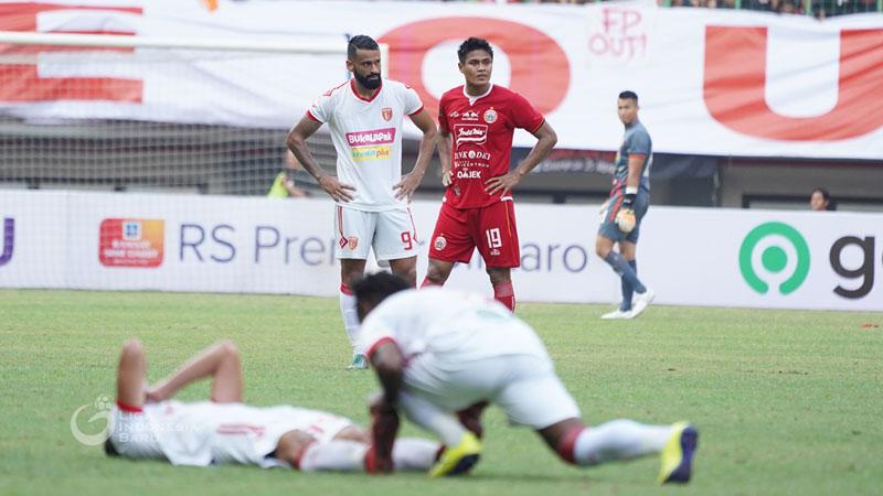 Francisco Torres (berdiri kiri) ketika Badak Lampung FC menang 1 - 0 atas Persija Jakarta pada Minggu (1/9/2019). - Liga-Indonesia.id