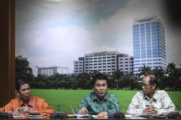 Kaditama Revbang BPK Bahtiar Arif (tengah) memberikan keterangan pers bersama Staf Ahli Bidang Pemeriksaan Investigasi BPK I Nyoman Wara (kanan) dan Kaditama Binbangkum BPK Nizam Burhanuddin (kiri) terkait hasil pemeriksaan BPK atas pengadaan RS Sumber Waras di kantor BPK, Jakarta, Rabu (13/4). - Antara