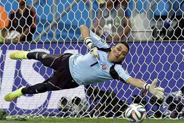 Salah satu aksi Keylor Navas di Piala Dunia 2014 - Daily Mail