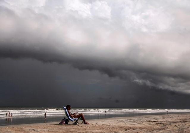Warga beraktivitas di pantai sebelum datangnya Badai Dorian di Jacksonville, Florida, AS, Minggu (1/9/2019) - Reuters / Maria Alejandra Cardona