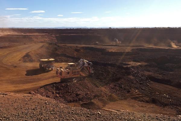 Truk siap mengangkut bijih besi di salah satu tambang milik Fortescue Metals Group Chichester Hub, di Pilbara, Australia Barat, Kamis (29/11/2018). - Reuters/Melanie Burton