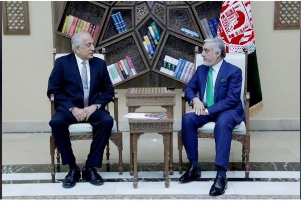 Perwakilan AS untuk Afganistan Zalmay Khalilzad dan politisi Afganistan ABdullah Abdullah. - Reuters