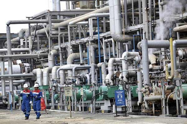 Dua pekerja memeriksa proses pengolahan Crude Palm Oil (CPO) menjadi Green Gasoline (bahan bakar bensin ramah lingkungan) dan Green LPG secara co-processing di kilang PT Pertamina (persero) Refinery Unit (RU) III Sungai Gerong, Banyuasin, Sumatra Selatan, Jumat (21/12/2018). - ANTARA/Nova Wahyudi