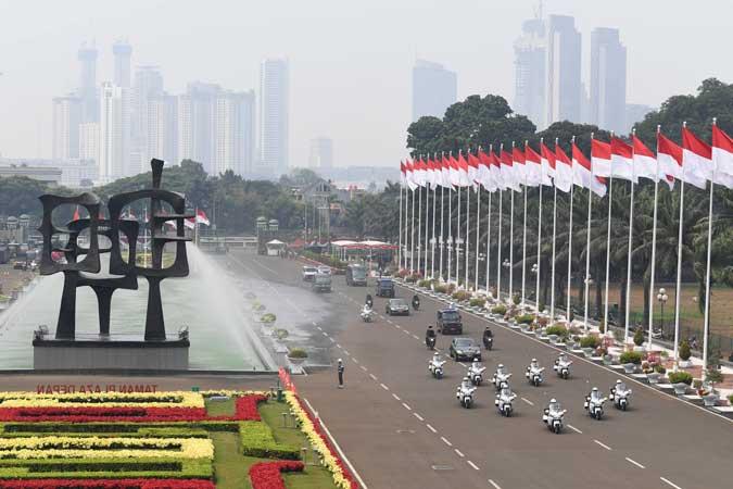 Rangkaian kendaraan yang membawa Presiden Joko Widodo tiba di Kompleks Parlemen, Senayan, Jakarta, Jumat (16/8/2019). Presiden Joko Widodo akan menyampaikan pidato RAPBN 2020 beserta nota keuangan dihadapan anggota DPR. - ANTARA FOTO/Puspa Perwitasari