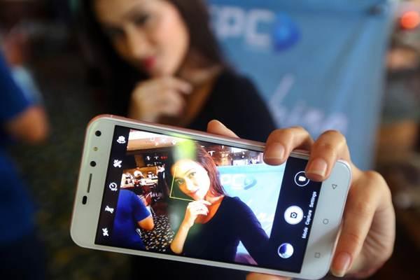 Model memperlihatkan smartphone SPC L53 Selfie saat peluncurannya, di Jakarta, Selasa (20/2/2018). - JIBI/Abdullah Azzam