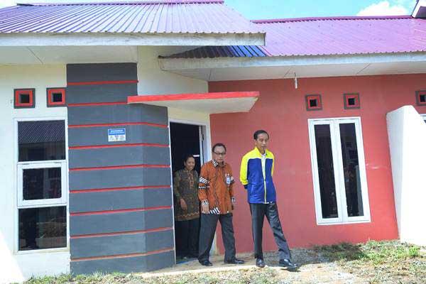 Presiden Joko Widodo (kanan) didampingi Menteri BUMN Rini Soemarno (kiri), dan Direktur Utama Bank BTN Maryono meninjau proyek rumah tapak Pesona Bukit Batuah, di Balikpapan, Kalimantan Timur, Kamis (13/7). - ANTARA