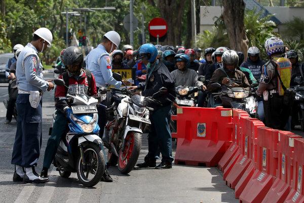 Polisi Militer memeriksa kelengkapan surat kendaraan pengendara motor saat Operasi Patuh Semeru 2019 di Jalan Darmo, Surabaya, Jawa Timur, Selasa (3/9/2019). Lima hari sejak digelarnya Operasi Patuh Semeru 2019, Satlantas Polrestabes Surabaya dan unit lantas Polsek telah menilang sekitar 9.006 pelanggar lalu-lintas yang didominasi dengan pelanggaran melawan arus, tidak memiliki SIM serta melanggar rambu-rambu lalu-lintas. - Antara/Didik Suhartono
