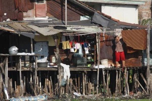 Warga melakukan aktivitas di kawasan perkampungan kumuh di Kapuk Teko, Jakarta Barat. - Antara