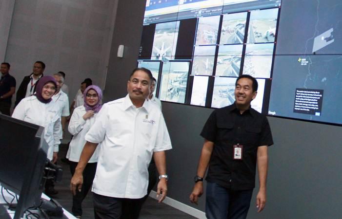 Menteri Pariwisata Arief Yahya (kiri) didampingi Presiden Direktur PT. Angkasa Pura II Muhammad Awaluddin (kanan) mengunjungi pusat kontrol Bandara Soetta sebelum penandatanganan kerja sama pengembangan Terminal Bandara Low Cost Carrier Terminal (LCCT) di Bandara Soekarno Hatta, Tangerang, Banten, Kamis (21/3/2019). - ANTARA/Muhammad Iqbal