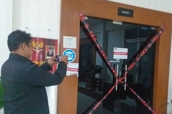 Wartawan mengambil gambar pintu samping ruangan kantor sementara Bupati Kabupaten Muara Enim, Sumatera Selatan yang disegel Komisi Pemberantasan Korupsi (KPK) di gedung Bappeda Muara Enim, Sumatera Selatan, Selasa (3/9/2019) dini hari. KPK melakukan Oprasi Tangkap Tangan (OTT) terhadap dua orang pejabat di lingkungan Pemkab Muara Enim dan satu orang pengusaha. - ANTARA FOTO/Azwar Anas