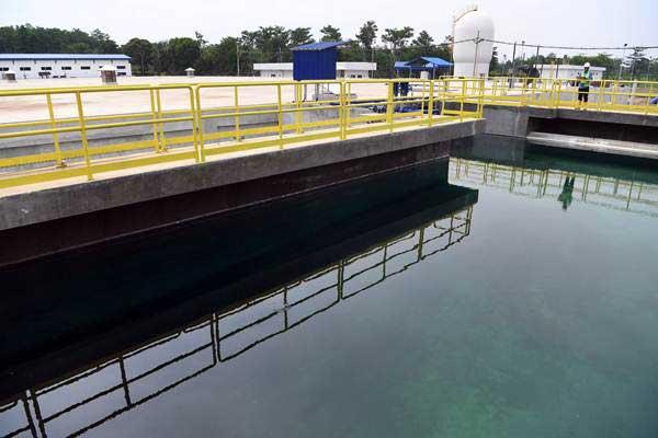 Petugas mengecek kolam penampungan Sistem Penyediaan Air Minum (SPAM) Umbulan, di Kabupaten Pasuruan, Jawa Timur, Kamis (15/11/2018). - ANTARA/Zabur Karuru
