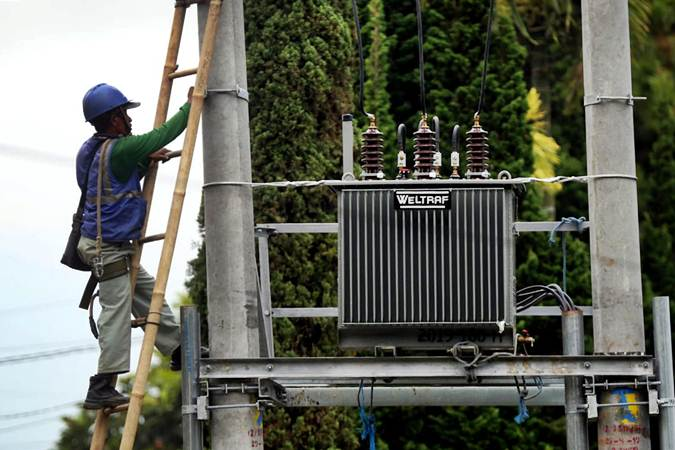 Teknisi Unit Pekerjaan Dalam Keadaan Bertegangan (PDKB) PLN melakukan perawatan pada trafo di kawasan Lembang, Kabupaten Bandung Barat, Jawa Barat, Selasa (9/7/2019). - Bisnis/Rachman