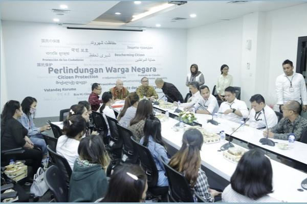 Dirjen Protokol dan Konsuler Kemlu, Andri Hadi, menerima 14 WNI pengantin pesanan dari RRT, di Gedung Kemlu, Pejambon. - Setkab