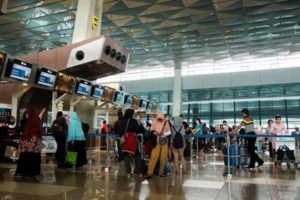 Calon penumpang menunggu keberangkatan di Terminal 3 Bandara Soekarno Hatta Tangerang, Banten, Minggu (24/6/2018). Penumpang selama arus mudik dan balik di Bandara Soeta mencapai 3 juta penumpang selama H-8 sampai H6 Hari Raya Idul Fitri atau naik 5,82% dari tahun lalu. - Bisnis/Felix Jody Kinarwan